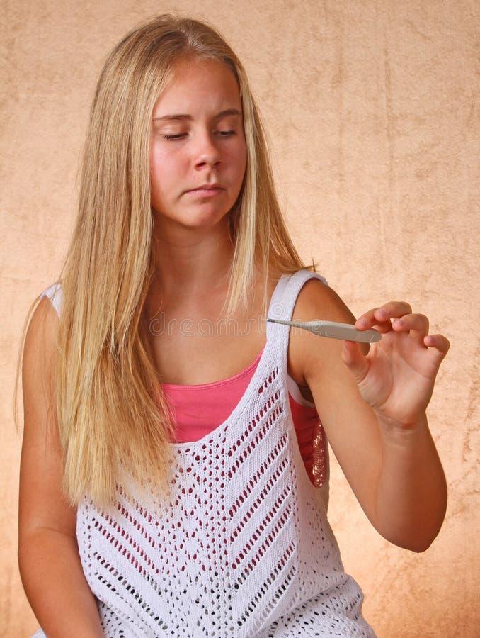 Młodej Dziewczyny Viewing termometr zdjęcia stock