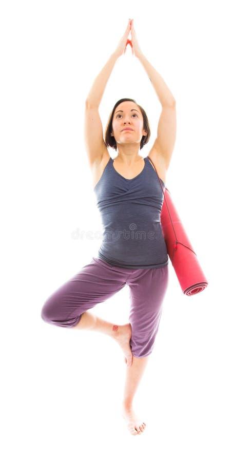 Młodej kobiety ćwiczy joga z przewożenia ćwiczenia matą obraz royalty free