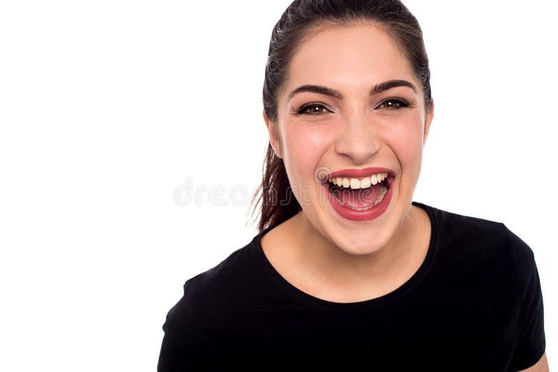 Młodej kobiety śmiać się głośny zdjęcie royalty free