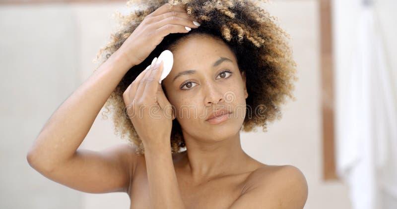 Młodej Kobiety Cleaning skóra fotografia stock