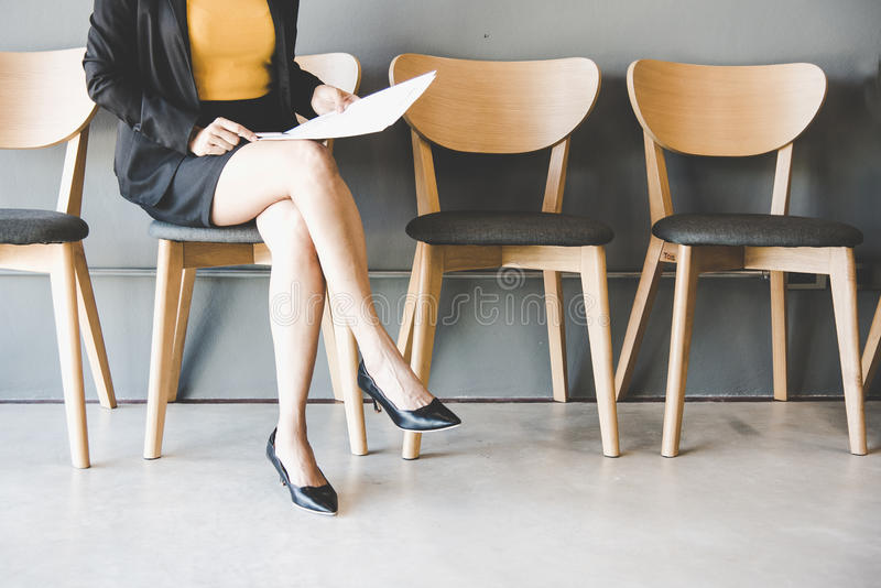 Młodej kobiety czekanie dla akcydensowego wywiadu obraz stock