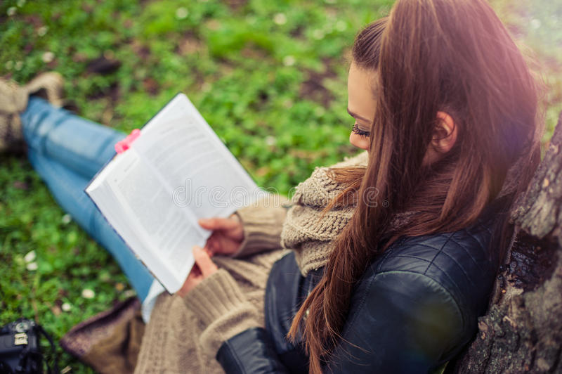 Młodej kobiety czytelnicza książka obraz royalty free