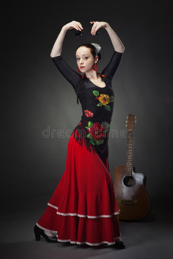 Młodej kobiety dancingowy flamenco z kastanietami na czerni obrazy royalty free