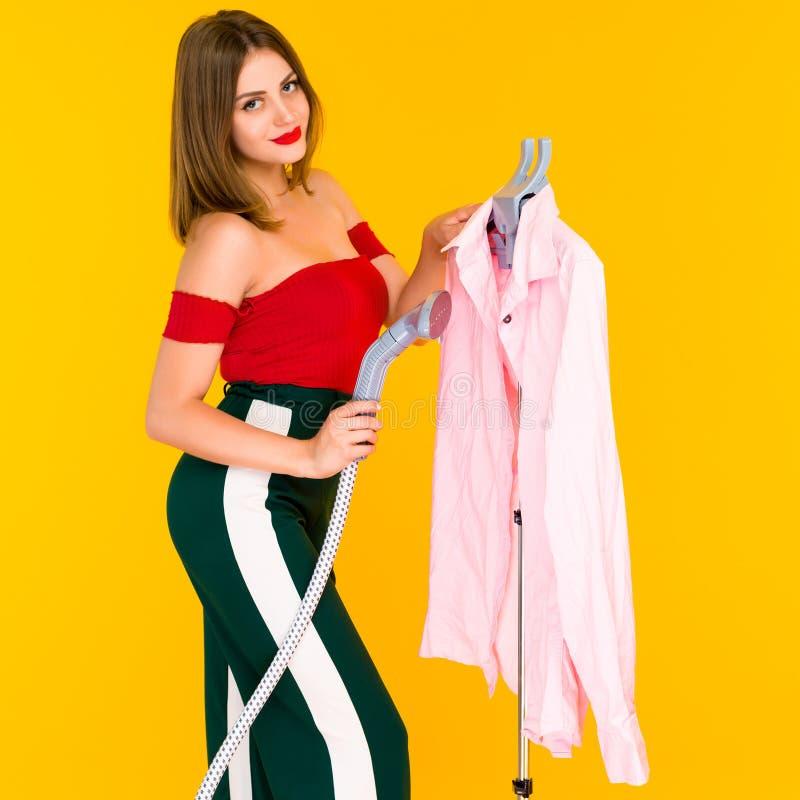 Młodej kobiety dekatyzacji menchii koszula przy czystym obraz royalty free