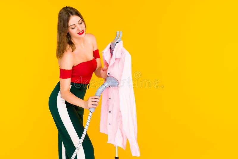 Młodej kobiety dekatyzacji menchii koszula przy czystym obrazy royalty free