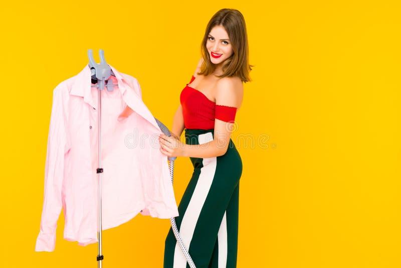 Młodej kobiety dekatyzacji menchii koszula przy czystym obrazy stock