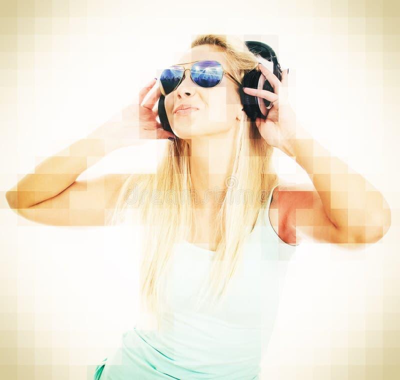 Młodej kobiety DJ słuchająca muzyka fotografia royalty free