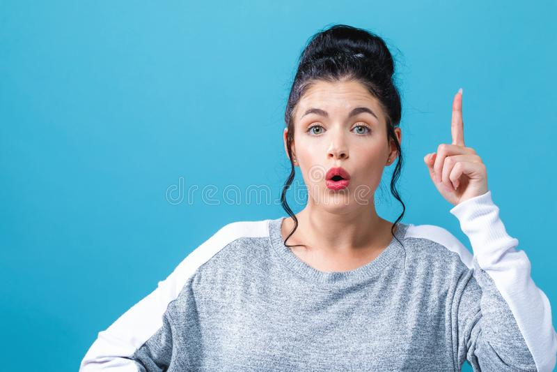 Młodej kobiety dojechanie i patrzeć upwards fotografia stock