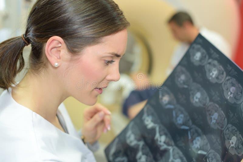 Młodej kobiety doktorscy opowiada sprawdza móżdżkowi obrazy cyfrowi obrazy royalty free