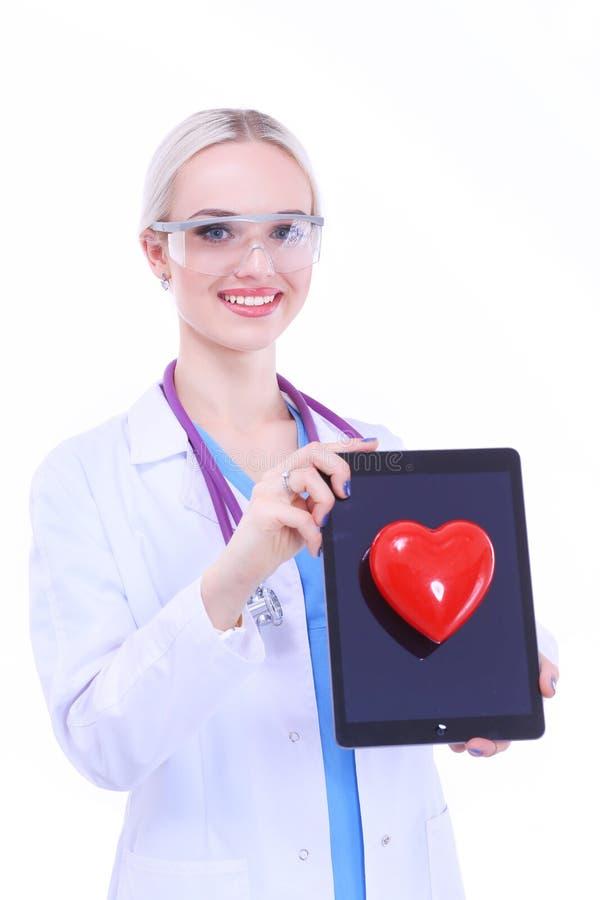 Młodej kobiety doktorski mienie czerwony serce, odizolowywający na białym tle zdjęcia royalty free