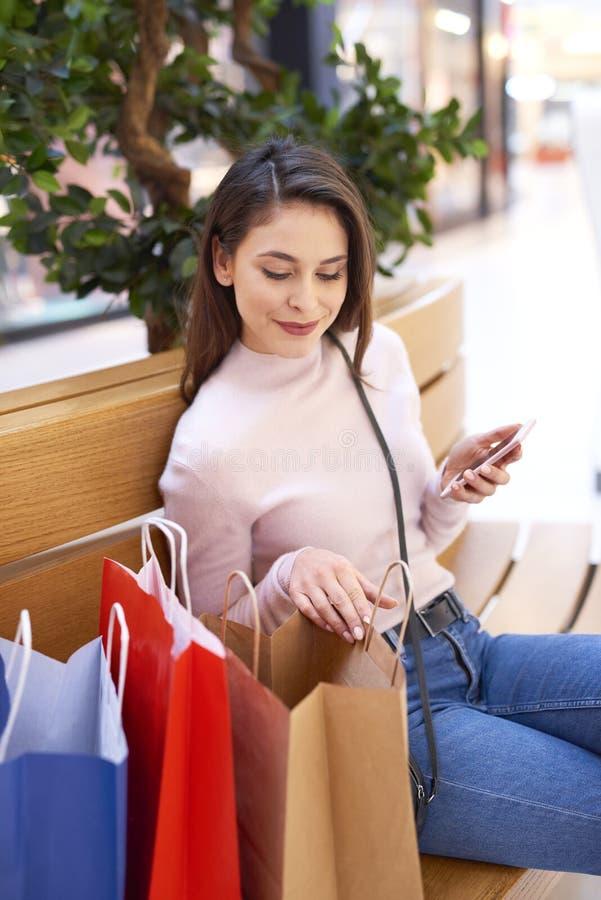 Młodej kobiety dopatrywanie co ona boughtYoung kobiety dopatrywanie co kupował fotografia stock