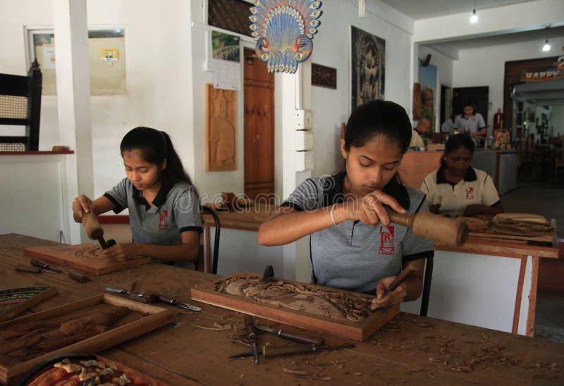 Młodej kobiety drewniany cyzelowanie obraz royalty free