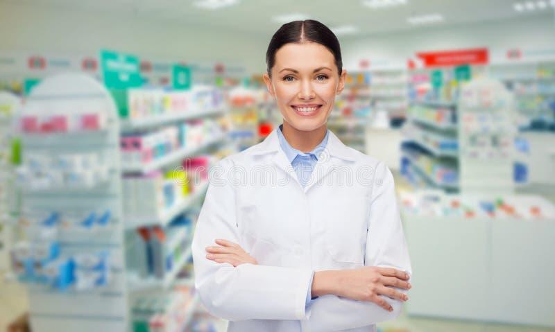 Młodej kobiety farmaceuty apteka lub apteka zdjęcia stock