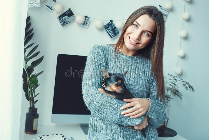 Młodej kobiety freelancer indoors ministerstwa spraw wewnętrznych pojęcia przypadkowego stylu zabawkarski terier obrazy royalty free