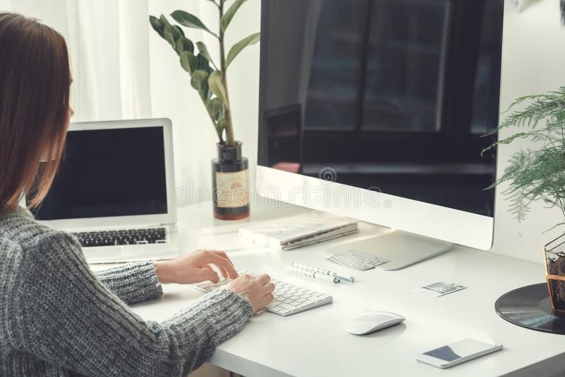 Młodej kobiety freelancer indoors ministerstwa spraw wewnętrznych pojęcia przypadkowy styl pracuje na laptopie i komputerze obrazy royalty free
