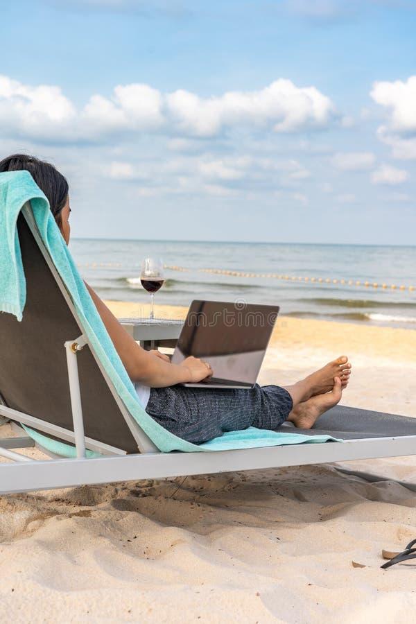 M?odej kobiety freelancer pracuje z laptopem na tropikalnej pla?y zdjęcia royalty free