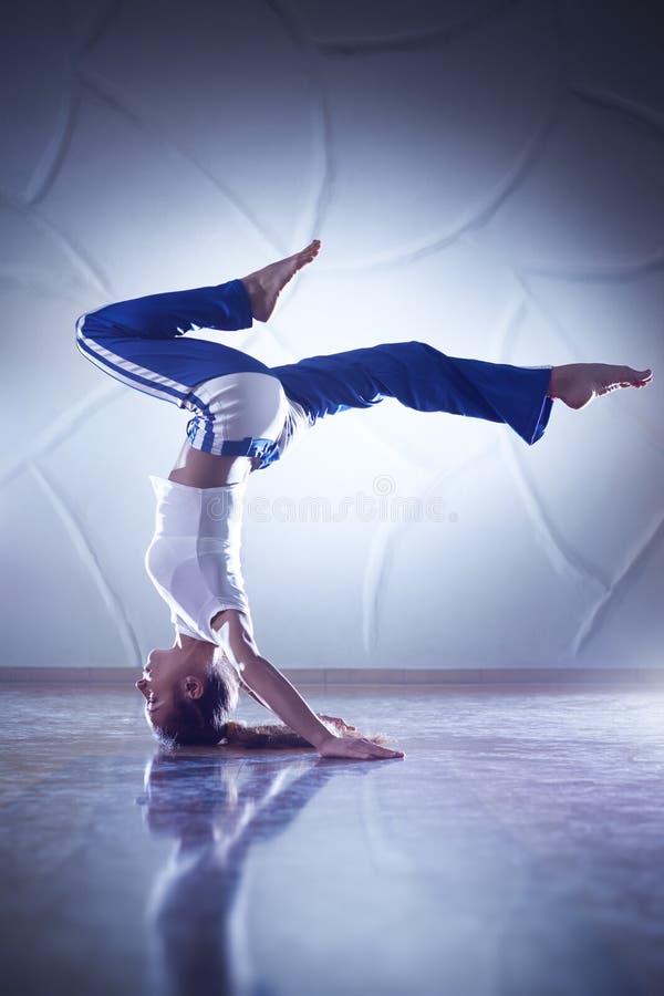 Młodej kobiety gimnastyczka zdjęcie royalty free