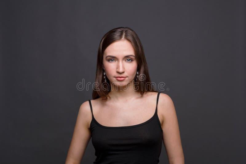 Młodej kobiety headshot pracowniany portret na ciemnym tle obrazy stock