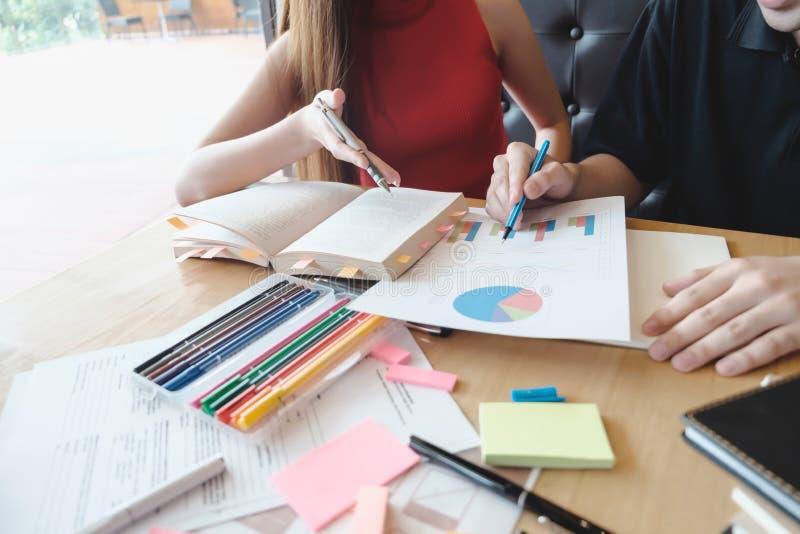 Młodej kobiety i mężczyzna studiowanie dla obraz royalty free