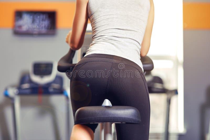 Młodej kobiety jazda na bicyklu gym sprawności fizycznej fotografia stock