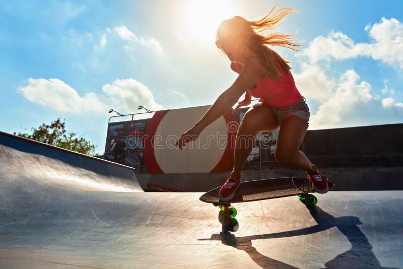 Młodej kobiety jazda na kipieli łyżwie obraz royalty free