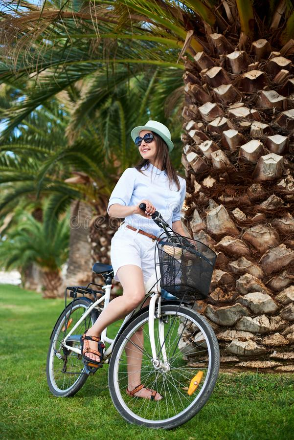 Młodej kobiety jeździeckiego miasta rowerowy pobliski morze obraz royalty free
