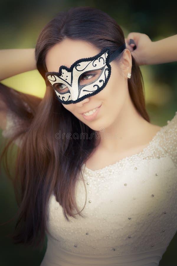 Młodej Kobiety kładzenie na masce obraz royalty free