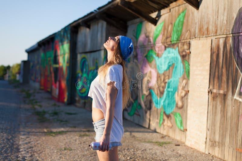 Młodej kobiety kiści farby artysta cieszy się słońce zdjęcia royalty free