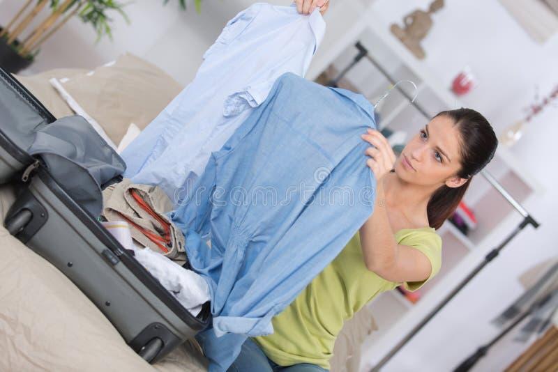 Młodej kobiety kocowania podróży torba przed iść na wakacje obraz stock