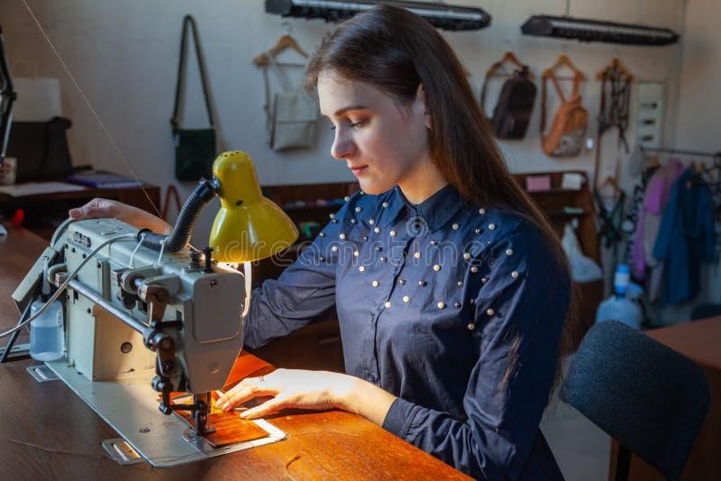 Młodej kobiety krawiectwo na szwalnej maszynie obrazy stock