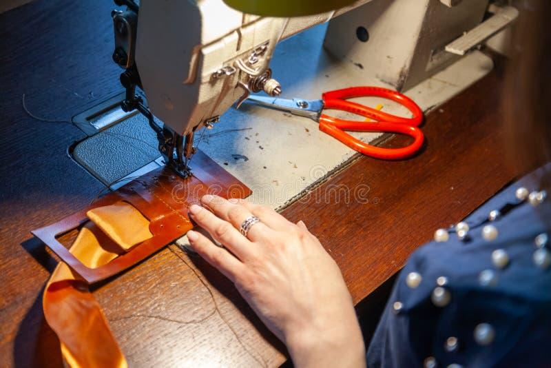 Młodej kobiety krawiectwo na szwalnej maszynie zdjęcia stock