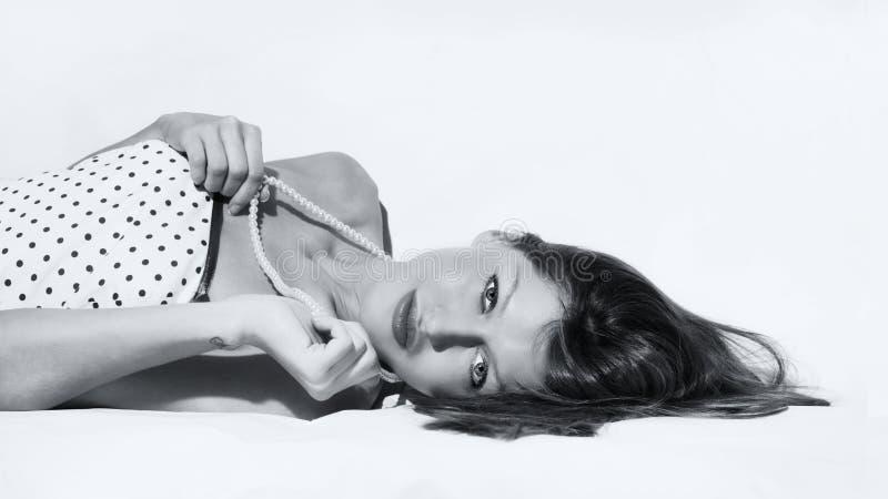 Młodej kobiety lying on the beach na bielu obrazy stock