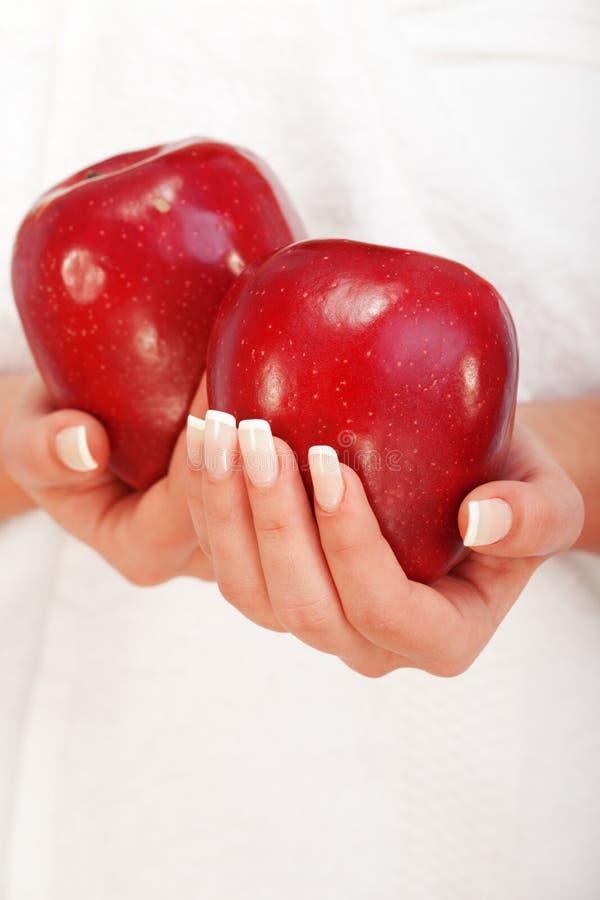 Młodej kobiety mienia czerwieni jabłka zdjęcie royalty free