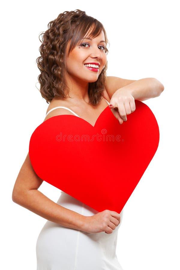 Młodej kobiety mienia czerwieni papieru serce obrazy stock