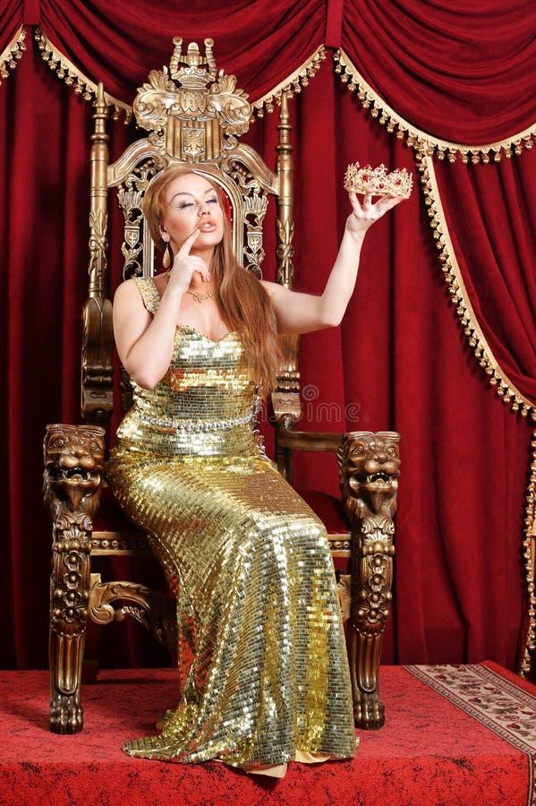 Młodej kobiety mienia korona królowa obrazy royalty free