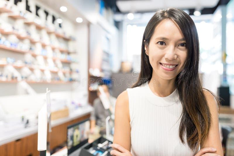 Młodej Kobiety mienia mały biznes w okulisty sklepie fotografia stock