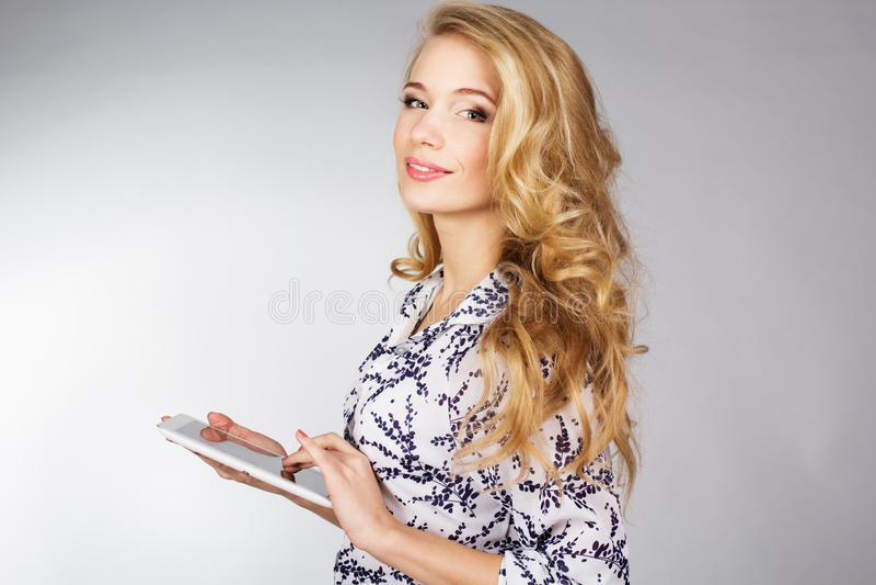 Młodej kobiety mienia pastylki komputer osobisty zdjęcie royalty free
