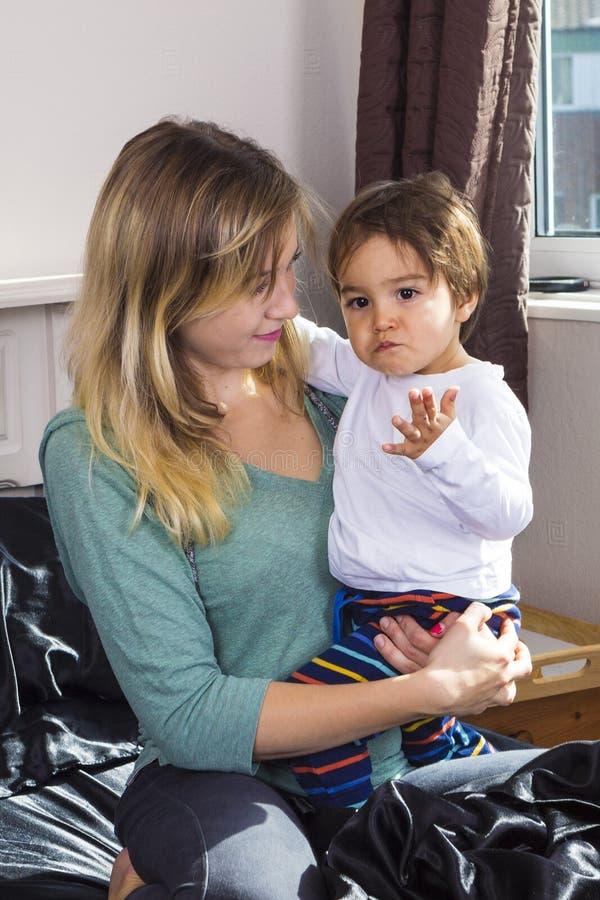 Młodej kobiety mienia syn na rękach zdjęcia royalty free