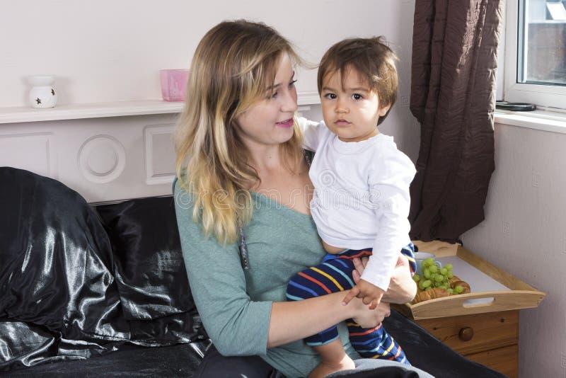 Młodej kobiety mienia syn na rękach obraz stock