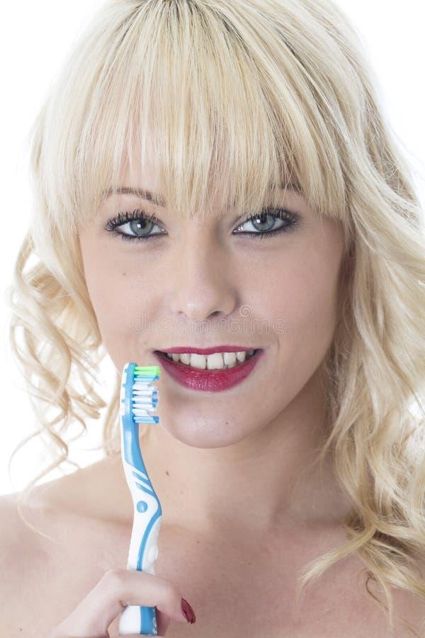 Młodej Kobiety mienia toothbrush Szczotkuje zęby fotografia stock