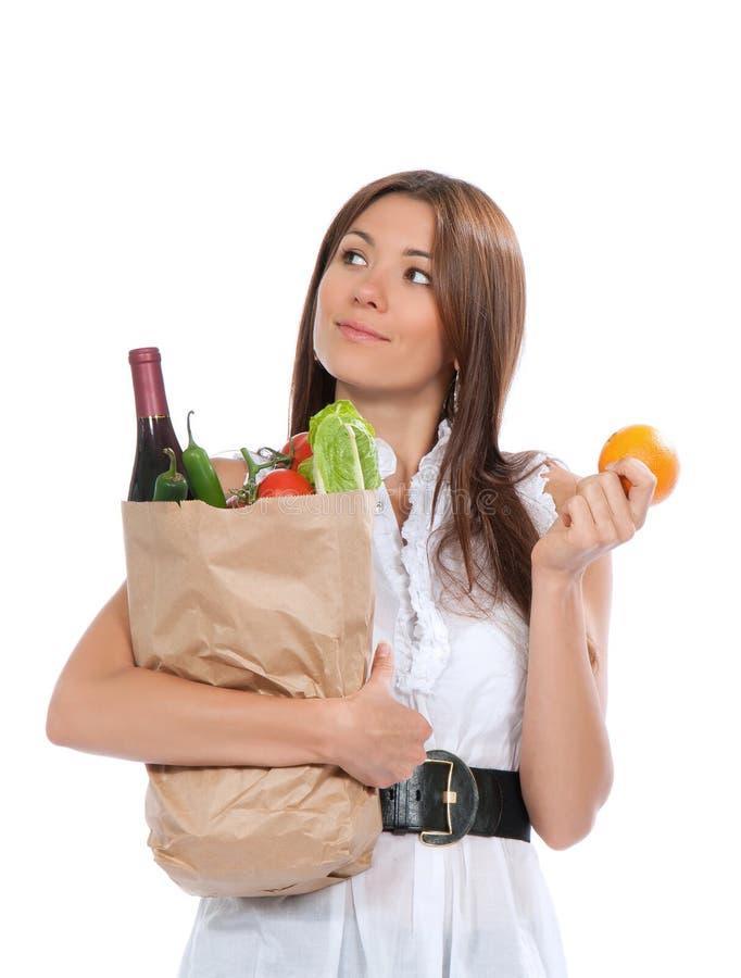 Młodej kobiety mienia torba na zakupy pełno warzywa zdjęcie stock