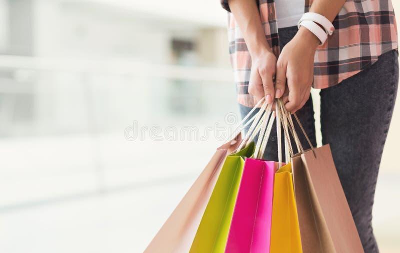 Młodej kobiety mienia torba na zakupy w rękach zdjęcie royalty free