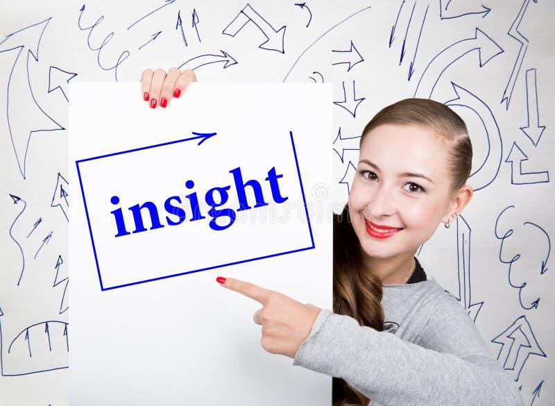 Młodej kobiety mienia whiteboard z writing słowem: wgląd Technologia, internet, biznes i marketing, zdjęcie royalty free