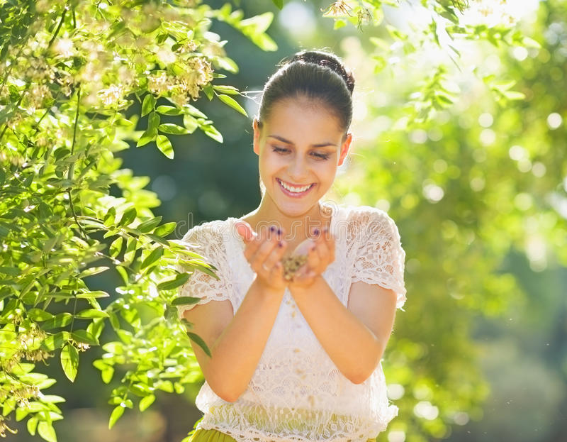 Młodej kobiety mienia ziarno w palmach w lesie obraz royalty free