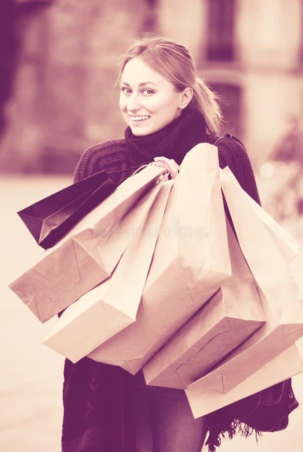 Młodej kobiety mienie robi zakupy papierowe torby fotografia royalty free