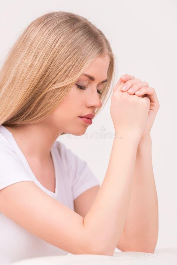 Młodej kobiety modlenie. obrazy royalty free