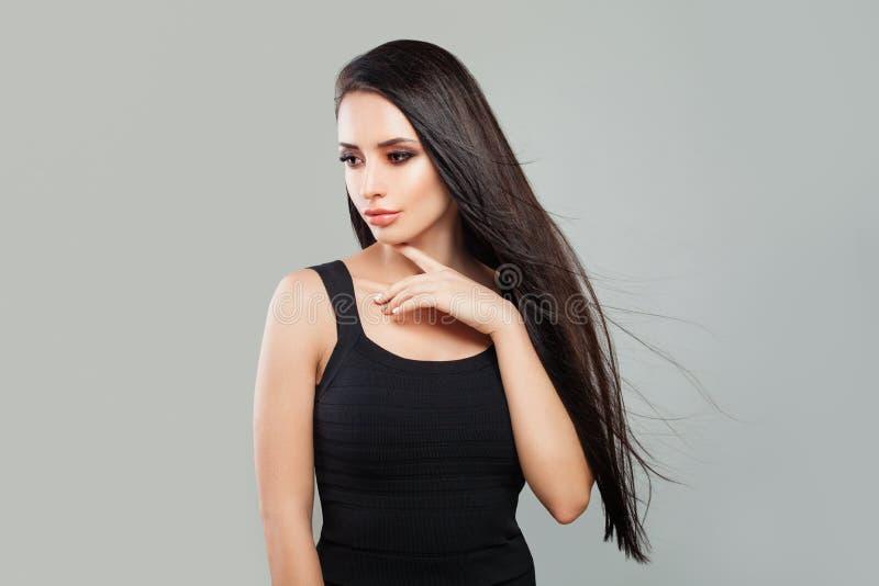 Młodej Kobiety mody model z Długim Zdrowym włosy obraz stock