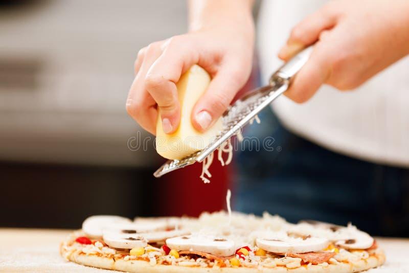 Młodej kobiety narządzania pizza fotografia stock