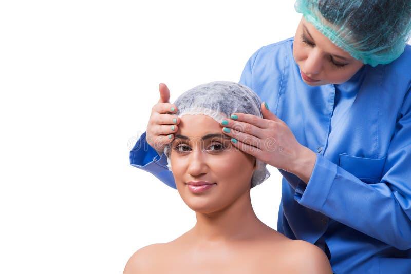 Młodej kobiety narządzanie dla chirurgii plastycznej na bielu fotografia royalty free