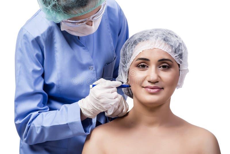 Młodej kobiety narządzanie dla chirurgii plastycznej odizolowywającej na bielu obraz royalty free